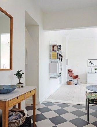 大块的镜面增添了空间的层次感;具有自然风格的台上盆,搭配造型简洁的收纳柜,营造出干净简约的感觉