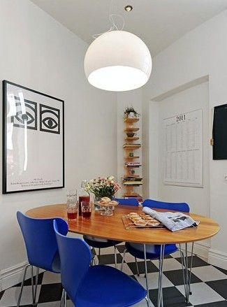餐桌和餐椅放置在厨房空间里,整体的风格依旧简约时尚。原木色的桌面有着最自然的气息,蔚蓝色的餐椅把大海的宁静和开阔带到家中,头顶上方这款圆润的白色吊灯更加起到锦上添花的作用