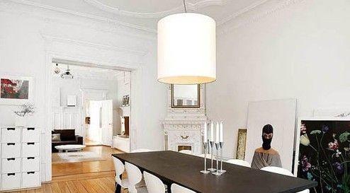 餐厅的白墙搭配上黑色的餐桌,再抹上一点温润的暖光,这种完美的搭配怎叫人不连连称赞