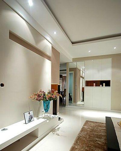 客厅的白色电视柜,柜子上摆放着仿真花,给人一种很清新的感觉