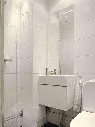整体同样以全白色装点的淋浴区,以通透的玻璃明确划分淋浴和盥洗两个功能部分,而形成统一的视觉效果