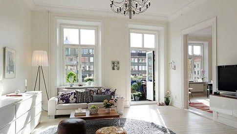白色的整体构成了空间的基调,大众化的双人沙发上放置不同花案的靠包,让沙发多了些个性化的色彩