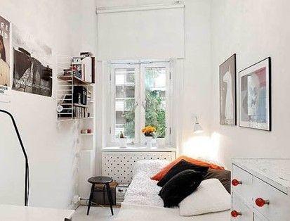 一个凹形的空间,将这个最小号的卧室巧妙地隐藏起来。你看,狭长型的卧室空间里刚好塞下了睡床、边柜和书桌