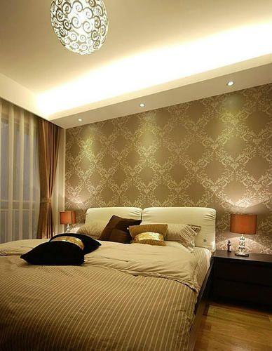 主卧室的墙纸稍带点花的装饰,有一种立体的感觉,很不错的说