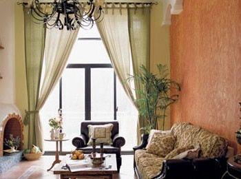 客厅的墙面采取手绘式的花纹,来自主人随意而闪的灵感