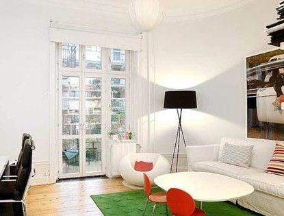 简洁、实用是这个小客厅的最大亮点,墙面选用白色打底,搭配以苹果绿、红色等亮丽色彩的家居饰品,展示出自个儿独有的品味