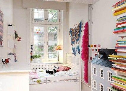 儿童房应该是五颜六色的空间基调,就像这个儿童房,纯纯的白色环境中,加入了众多色彩缤纷的装饰品,让你的空间充满了大地回春的浓浓气息
