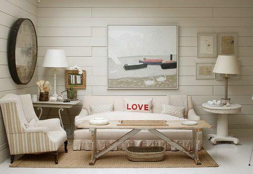 在睡房放一套舒适的沙发,米白色的茶几搭配浅土黄色的地毯,让睡房看起来更加温馨甜蜜