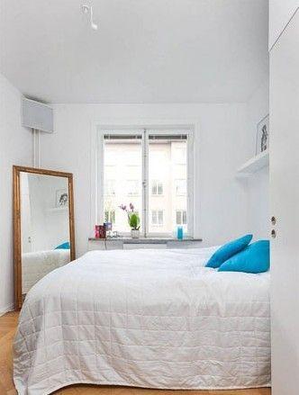 一张素色的大床,配合蓝色的靠包和各种简洁造型的家具,整体风格亲切柔和,让卧室显得温馨而极具幸福感