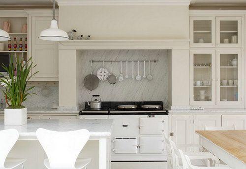 阳光透过玻璃窗射进厨房,在阳光的照耀下,厨房更加明亮