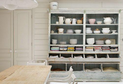 在饭厅用一个这样大的收纳柜,将可爱的瓷具陈列在其中,不仅能起到收纳的作用,更添一份展示收藏品的味道