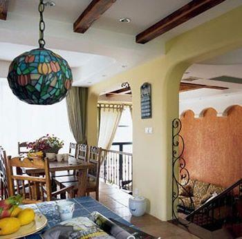 古朴的原木餐桌椅打造出田园般的风情