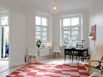 简约的方桌自带收纳功能,红白色块的地毯让房间看起来并没有那么严肃