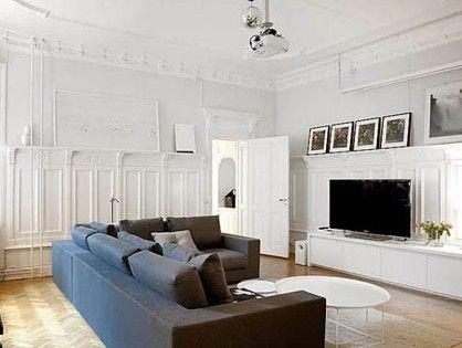 白色墙面上的浮雕装饰与钢琴、壁炉相互呼应,都是略带古典欧风的设计。而L型的转角沙发却保持着单一的线条,同简洁的电视柜一起布置出一个简约的空间环境