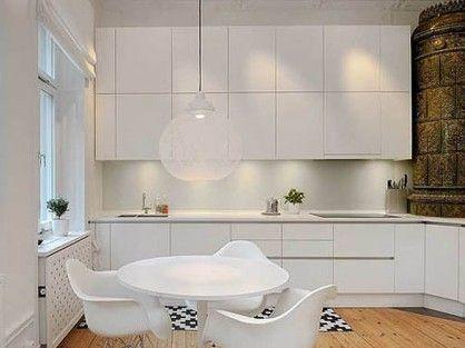 餐厨空间合而为一,体现了空间设计中的一室多用。厨房大量运用了白色作为底色,且恰如其分的点缀了黑色,整个厨房空间以简约线条构造,展现出简洁干练的气质