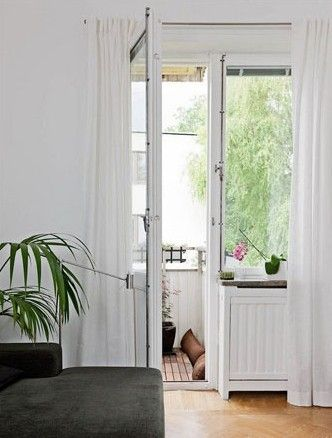 处于客厅空间旁的阳台,是靠风景最近的地方,最能感受自然气息的地方。或是和朋友小酌一杯,或是自己独自享受,都是不错的放松休闲空间