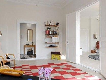 木色和白色的搭配看上去很纯净,在书桌旁布置上这样一个安静的小憩区,立刻为你营造出一处可以休闲阅读的角落,而柔和的色彩和空间感也让人倍感舒适惬意