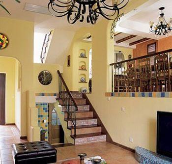 客厅与餐厅之间是错层,半穿凿后以镂空拱门相隔,营造出室内的景中窗,成就了空间的错落感