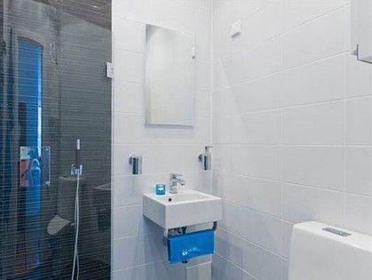 蓝色毛巾和洗浴用品的装饰,更让盥洗区显得干净清爽。镜柜的运用不仅提供了收纳装置,更是能够起到在视觉上拓展小空间的作用