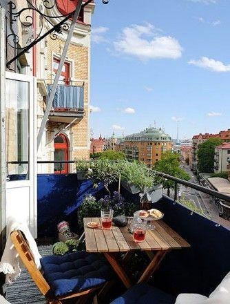 在阳台上放置三两座椅,配上一张朴实的木质方桌,再点缀上几许饰品,简简单单的布局便构成家中的迷你休息区