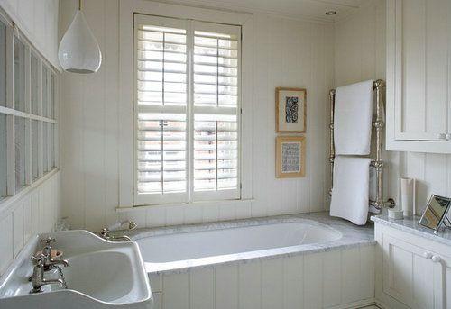 白色的木栅栏百叶窗,让房子有多了一丝恬静、一丝平和,搭配几乎全白的设计,浴室更加舒适