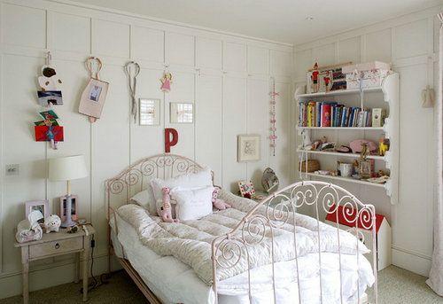 代替壁画,用可爱的雕饰点缀墙壁,搭配浪漫少女公主风的铁艺床,让小孩的房子也有甜甜的味道