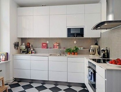 整体洁白的厨房有着强大的收纳功能,上面吊柜、下面厨柜让这个空间有不小的存储量。白色的厨柜简化了厨房的家具色调,让整个空间看起来有种不食人间烟火的洁净感