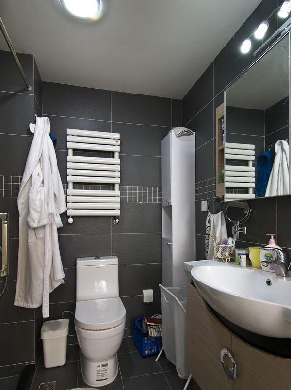 设计中根据卫生间的大小,搭配了一个柜子 装修美图 新浪装修家居网
