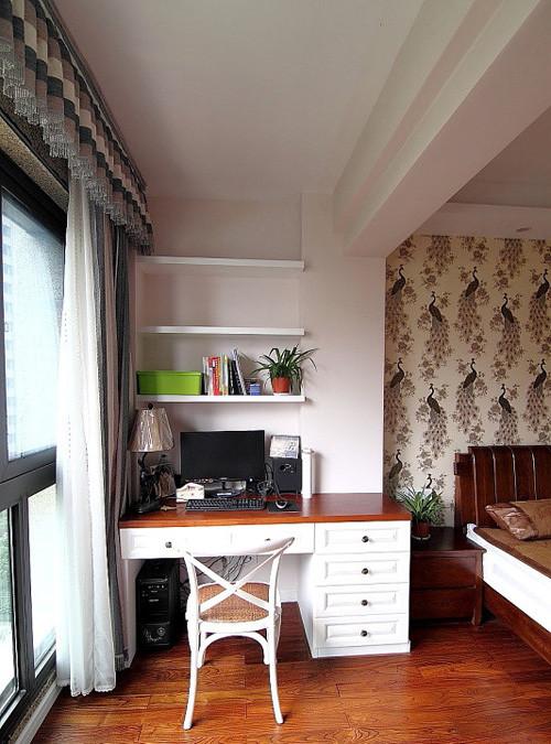 卧室的阳台运用:改为电脑桌,晚上时,拉上窗帘,总结下一天工作,玩了小