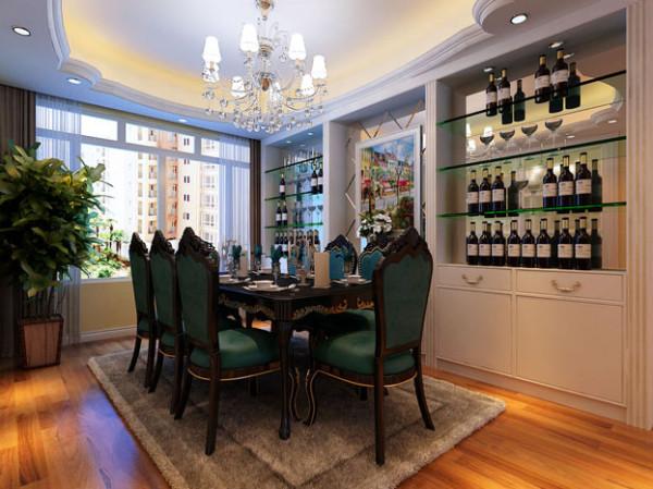 充分展现储物功能,玻璃酒柜的设计显得整个空间不拥挤又紧扣华丽欧式